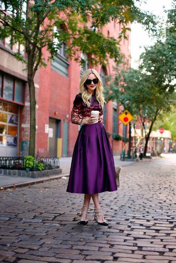 Девушка в фиолетовой юбке миди и туфлях от Valentino