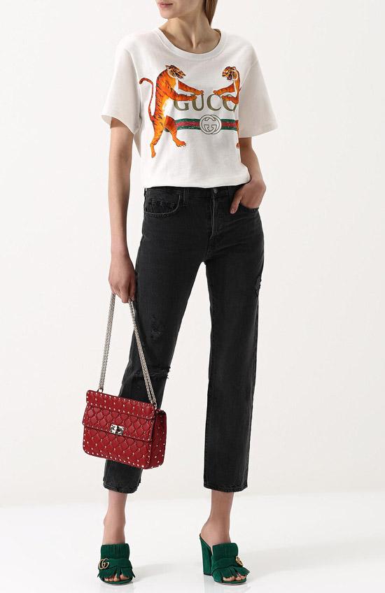 Девушка в футболке с принтом и укороченных джинсах