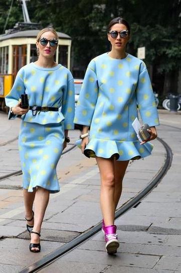 Девушка в голубом платье в желтый горошек и девушка в юбке и блузк
