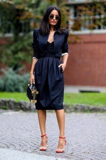 Девушка в изумительном, темно-синем платье и босоножках на шпильке