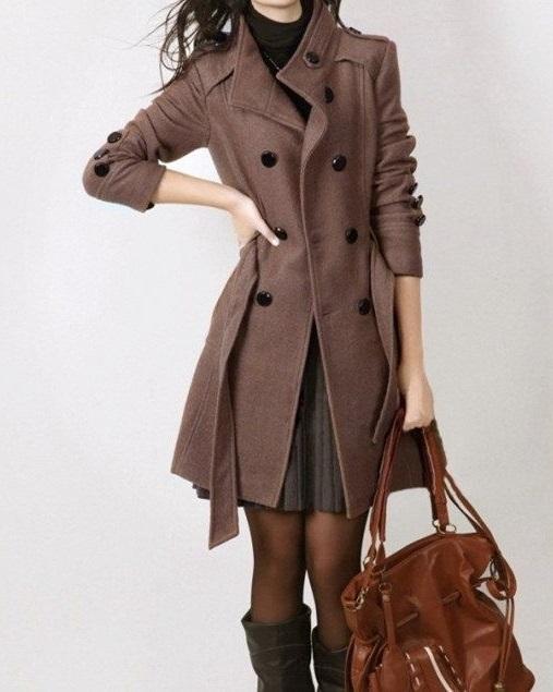 Девушка в коричневом пальто с черными пуговицами