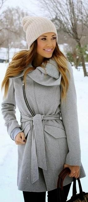 Девушка в коротеньком, уютном, светло-сером пальто