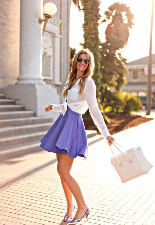 Девушка в коротком, фиолетовом платье, белой рубахе поверх него и фиолетовых туфлях в клетку