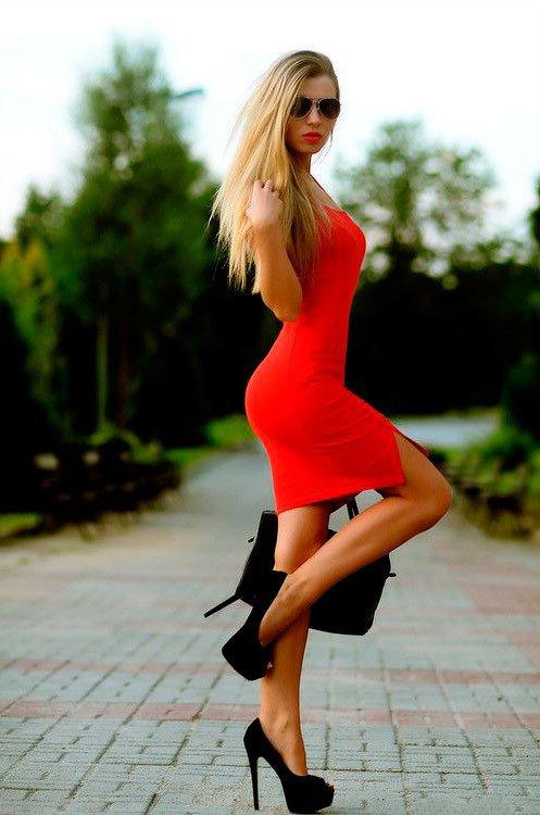 Сексуальные девушки в коротких платьях и в босоножках на шпильках