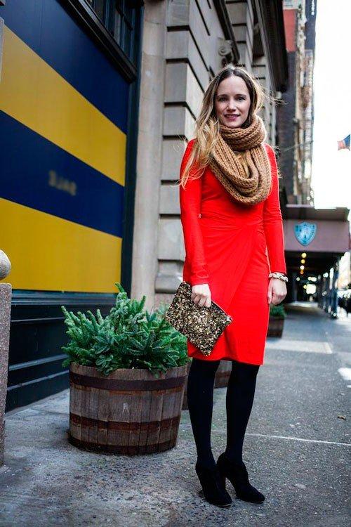 Девушка в коротком, красном платье и светло-коричневом шарфе хомуте