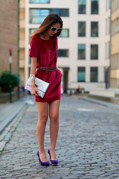 Девушка в коротком платье цвета фуксия и фиолетовых туфлях насосах