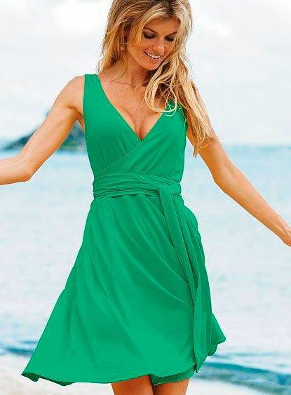 Девушка в коротком, пышном, зеленом платье