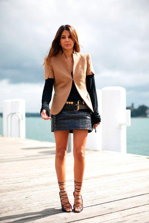 Девушка в короткой кажаной юбке и пиджаке