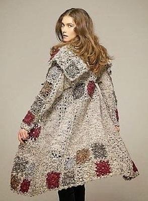 Девушка в красивом, вязаном пальто