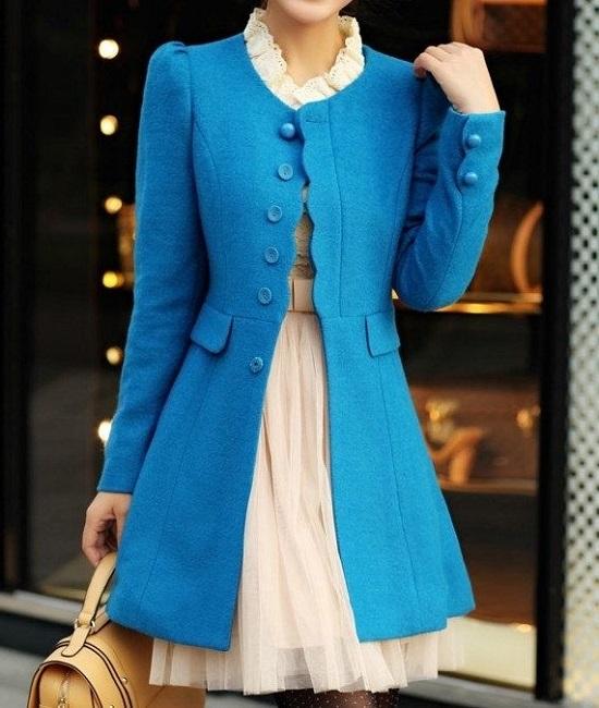 Девушка в красивом, ярко-синем пальто
