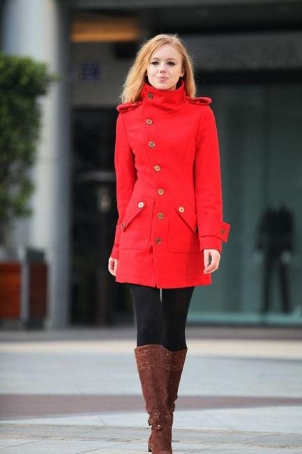 Девушка в красном, кашемировом пальто