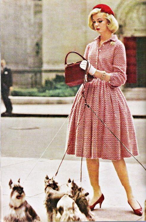 Девушка в красном платье и красных туфлях, образ в ретро стиле 50-х