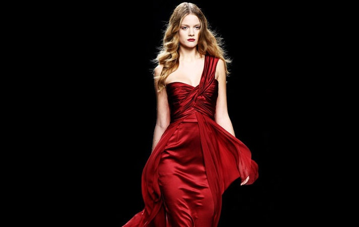 девушки блондинки в красном с чёрным платье с корсетом
