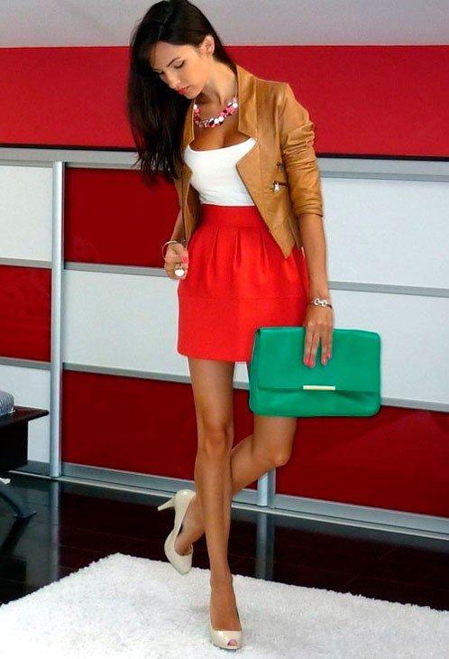Девушка в красной юбке колокол и светло коричневой кожаной куртке