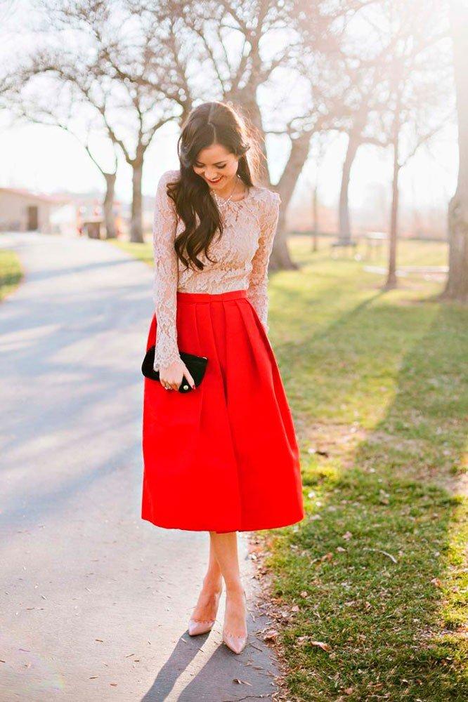 Девушка в красной юбке миди и туфлях с заостренным носком