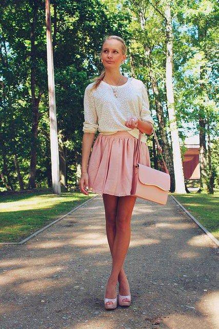 Девушка в кремовой юбке колокол и белой блузе