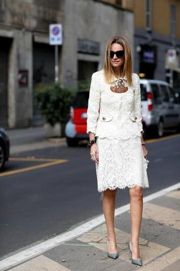 Девушка в кружевном белом костюме и туфлях