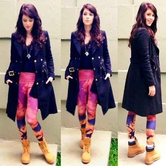 Девушка в леггинсах с принтом, тимберлендах и плаще