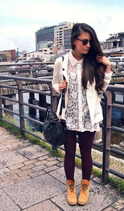 Девушка в леггинсах, тимберлендах и кружевной блузе с пиджаком