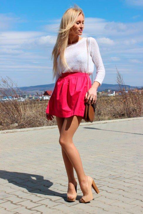 Девушка в малиновой юбке колокол и белой кофточке