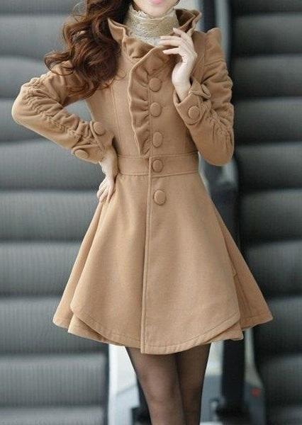 Девушка в миленьком пальто с оборками