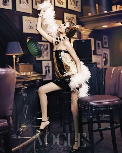 Девушка в мини платье в стиле Гэтсби, массивные черно-белые бусы