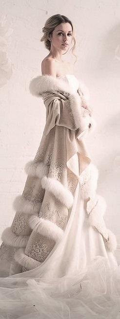 Девушка в необычном, королевском пальто