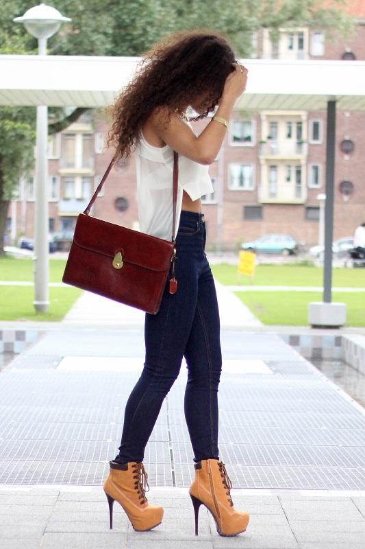 Девушка в обтягивающих джинсах и тимберлендах на шпильке