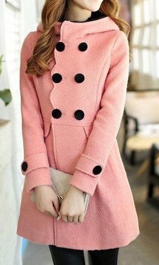 Девушка в очень милом, розовом, винтажном пальто