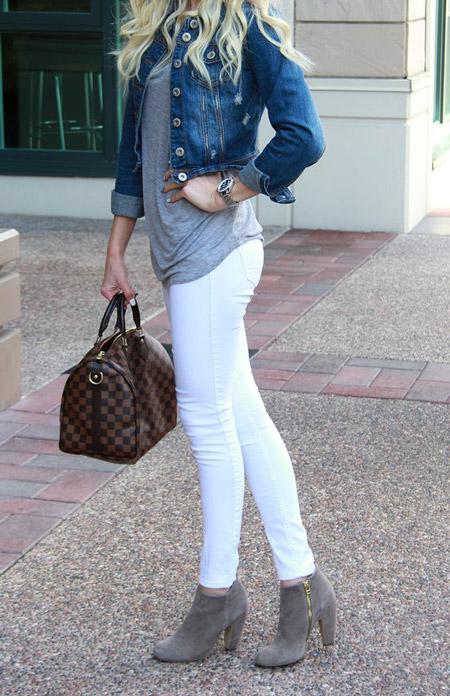 Девушка в отягивающих джинсах, серая футболка и джинсовка