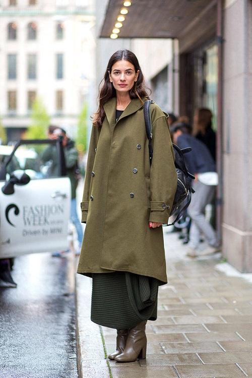 Девушка в пальто, длинной юбке и сапогах