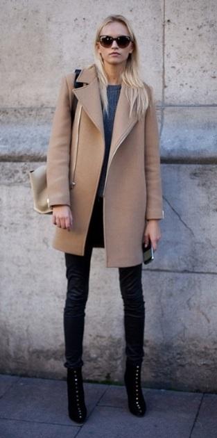 Девушка в пальто нейтрального цвета и узких джинсах