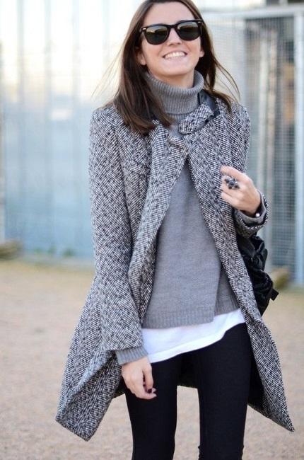 Девушка в пальто открытом спереди