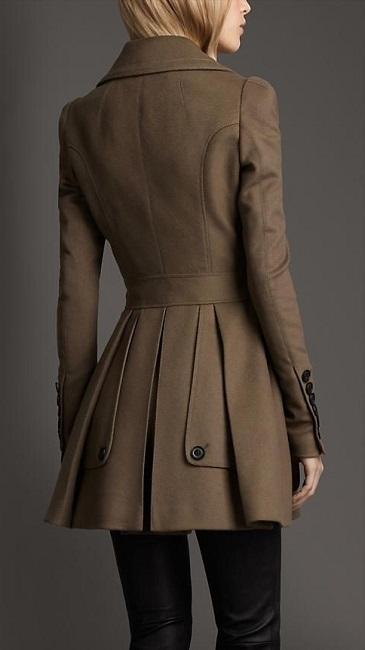Девушка в пальто с узором на спине