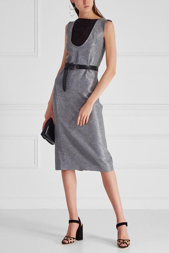 Девушка в платье металлик, черно топе и босоножках