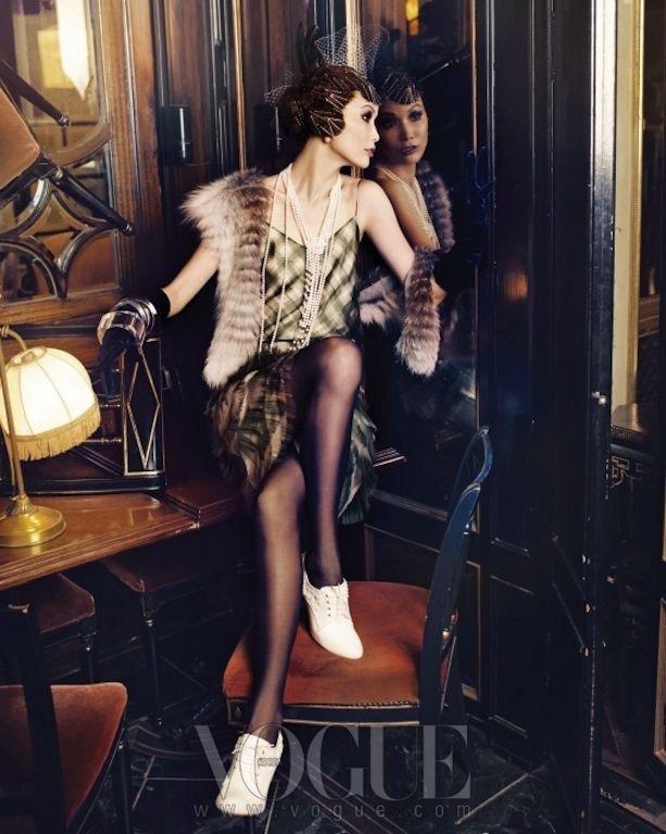 Девушка в платье в стиле Гэтсби, меховая накидка и белые кроссовки