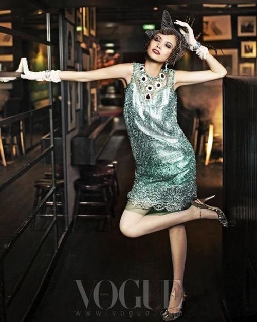Девушка в прямом коротком платье с блестящими паетками в стиле Гэтсби