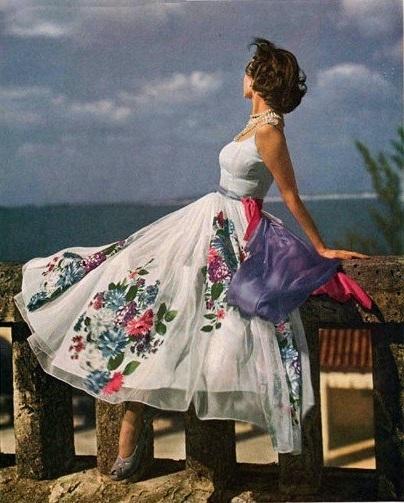 Девушка в пышном, белом платье с цветочным принтом 1948 год
