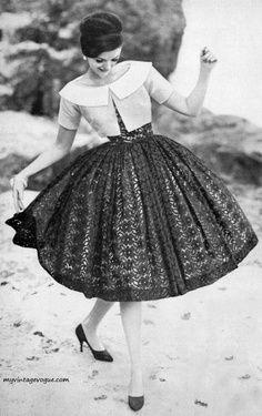Девушка в пышном платье и жакете 50-х годов, ретро стиль