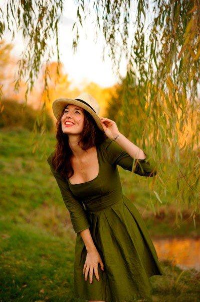 Девушка в пышном зеленом платье и шляпе