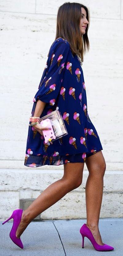Девушка в расклешенном синем платье с принтом мороженное
