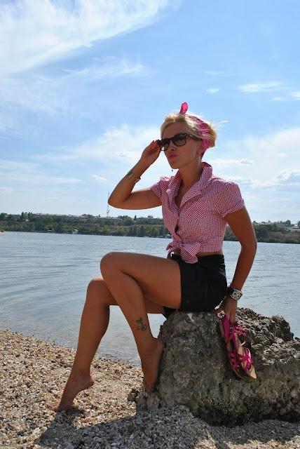 Девушка в ретро стиле, коротких шортиках и рубашке, завязанной на животе