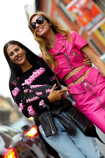 Девушка в розовой, кожаной юбке и топе и девушка в джинсах и лонгсливе от Moschino