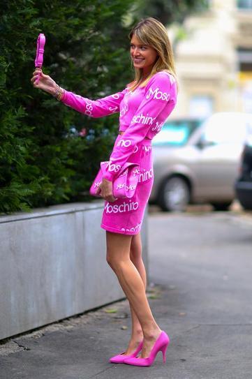 Девушка в розовых туфлях и розовом платье от Moschino