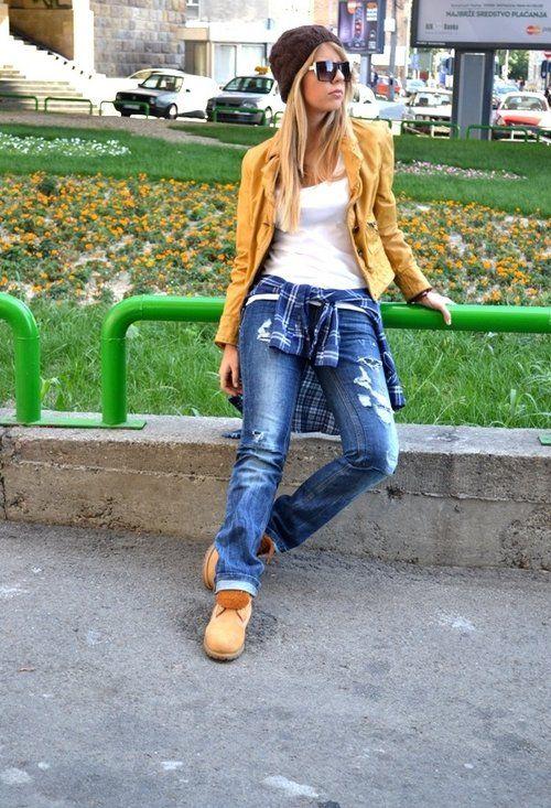 Девушка в рваных джинсах, коричневых тимберлендах и жакете