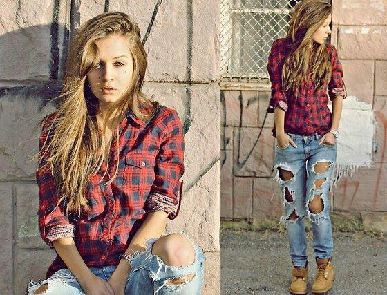 Девушка в рваных джинсах, рубахе в клетку и тимберлендах