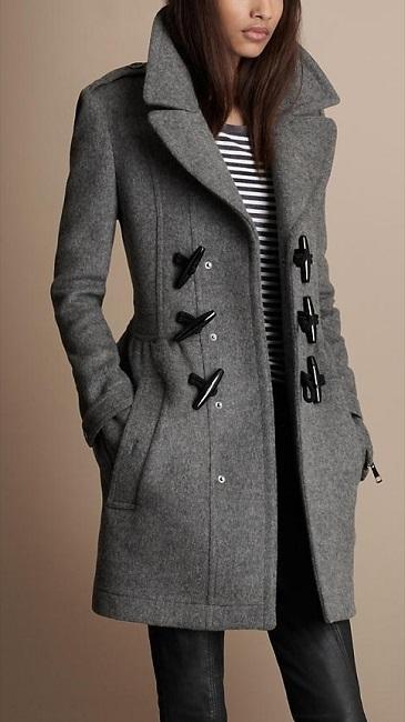 Девушка в сером пальто с крупными застежками и кожаных штанах