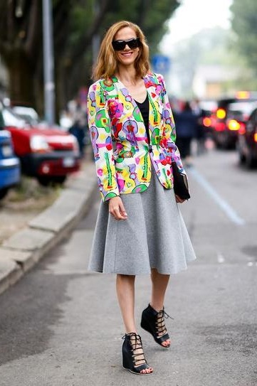 Девушка в серой юбке колокольчик и цветном жакете