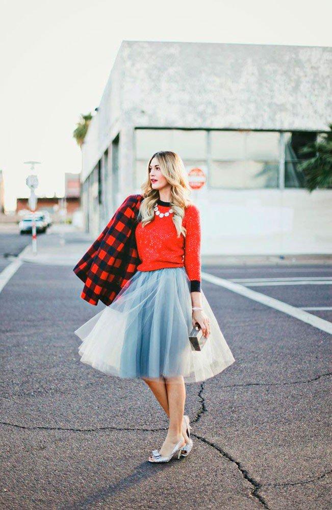 Девушка в серой юбке миди из тюля, красной кофточке и серебристых туфлях