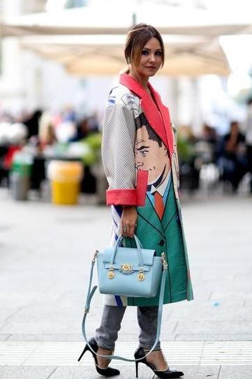 Девушка в серых джинсах и пальто с необычным принтом